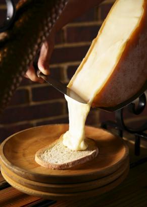 ラクレットチーズ溶かしてパンにのせて