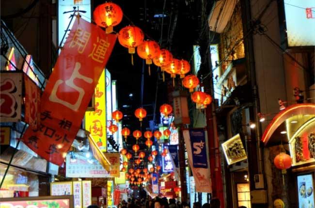 「日本三大中華街」の一つであり500店以上の店舗がひしめく街、横浜中華街。その歴史・特徴をお伝えします。