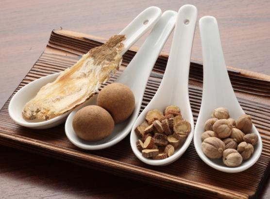 数十種類の漢方食材を使用した薬膳火鍋