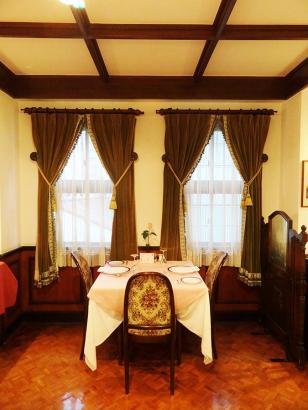 『馬車道十番館・3階・グリルのテーブル席』