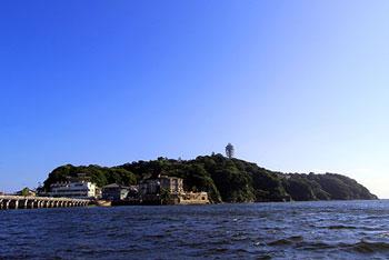 各地から多くの人が訪れる江の島。この地はかつて、一つの恋物語によって生み出されたという伝説があります。