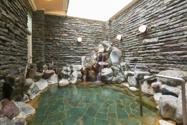 岩風呂。源泉掛流し貸切風呂もお勧め。