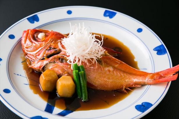特別料理。金目の煮つけは不動の人気。