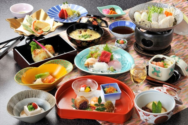 夕食は季節感を重視した月替りの会席料理