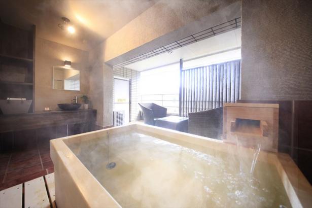 檜を使用した和の露天風呂〈デラックスルーム〉