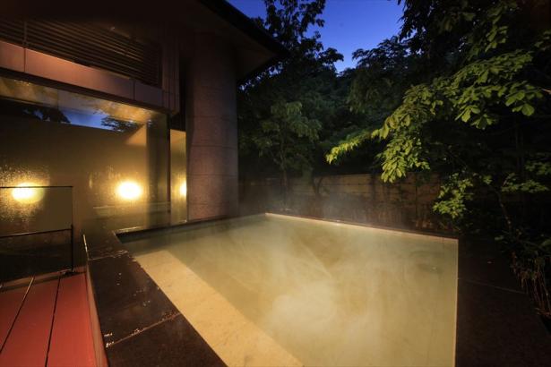 心地よい風を感じながら〈大浴場露天風呂〉