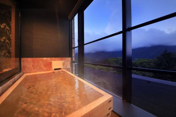 檜の露天風呂でリラックスタイム♪