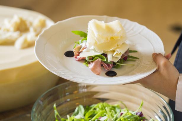 テーブルでサーブ、ラスパドゥーラチーズ