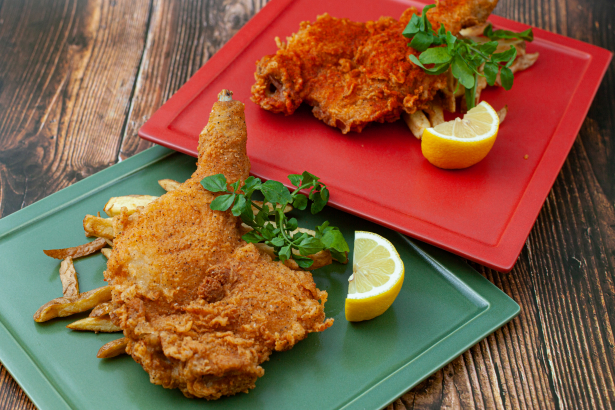 Tavern Fried Chicken (オリジナル・骨付きフライドチキン) Crazy Hot Chicken (クレイジー・ホットチキン)各1,200円